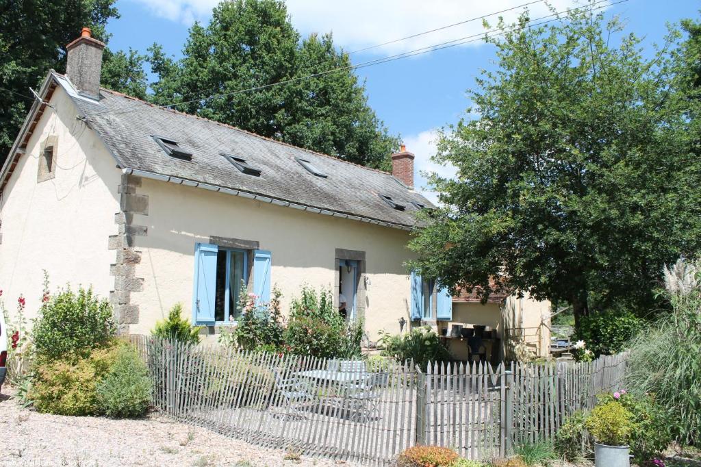 Theneuille - Maison rénovée de caractère sur 1,7 hectares.