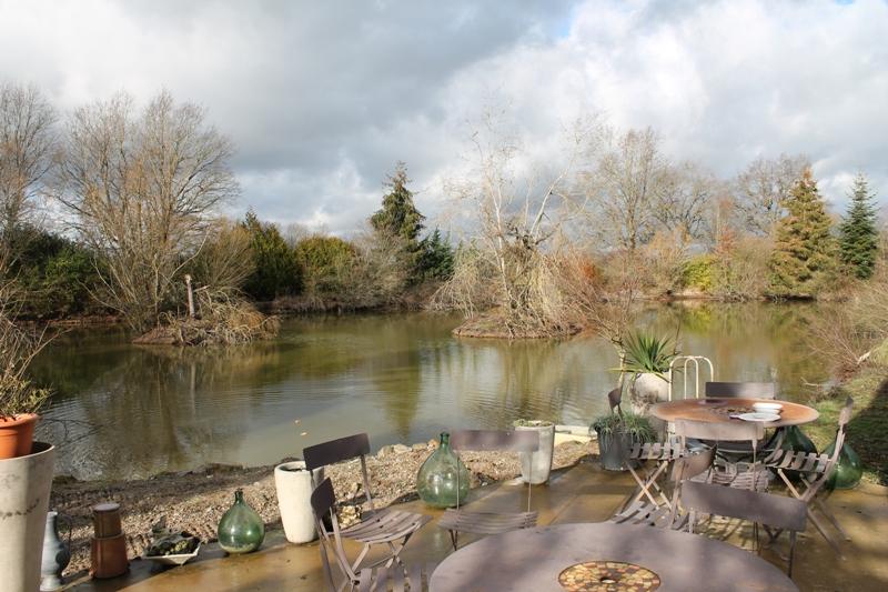 Thiel sur Acolin - Maison spacieuse avec son propre étang  sur 1 ha de terrain avec grand hangar.