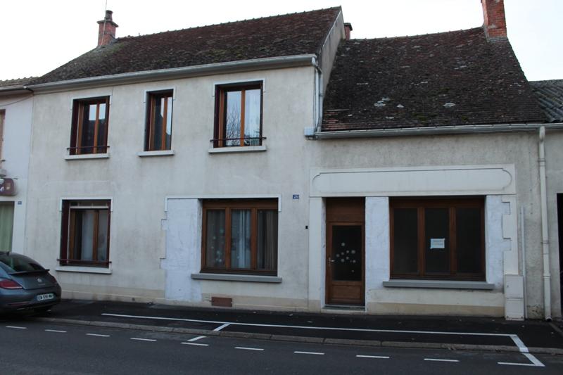LURCY LEVIS: Maison de village joliment rénovée avec garage.
