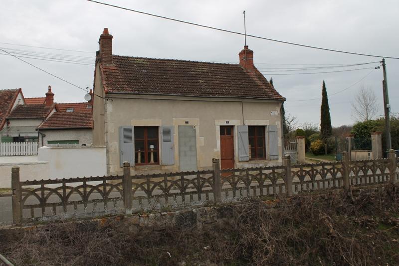 CHER - Sancoins - Petite maison de village sur 1200 m2 de terrain proche de toutes commodités.
