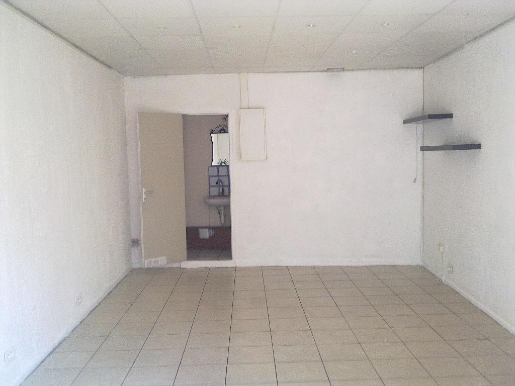Avenue Jean Rieux.Local de 24m² avec vitrine.Possibilité bail courte durée.