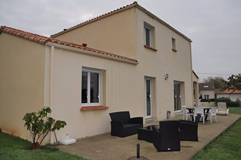 BAISSE DE PRIX ! Bouaye, maison de 2007 au calme de son quartier.