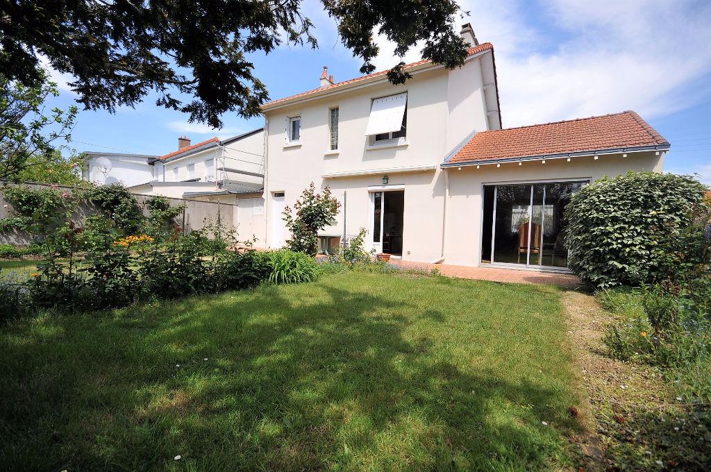 Rezé proche commodités - Maison lumineuse de 3 chambres avec garage et jardin