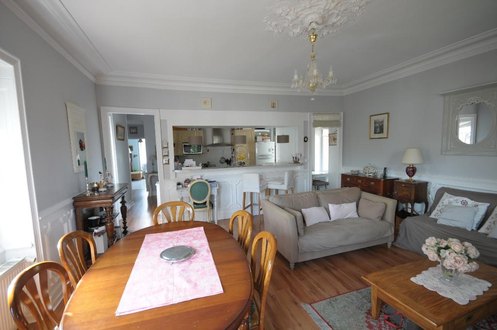 Les Couëts - Appartement ancien rénové avec 4 chambres, garage et jardin collectif.