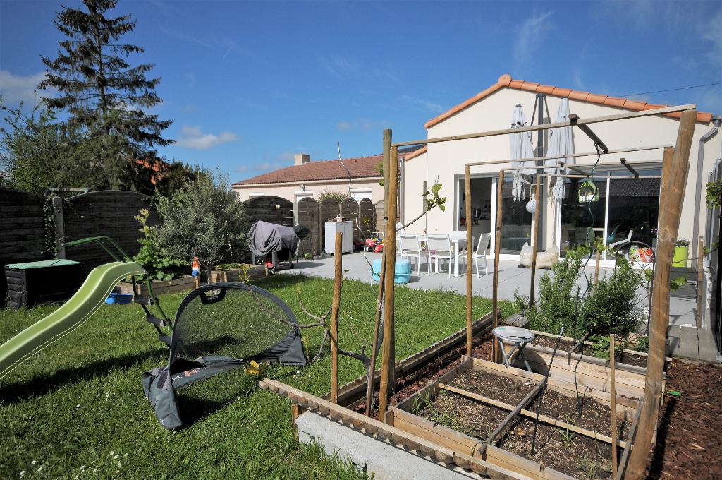 Les Couëts exclusivité - maison de plain pied de 2015 avec beau jardin sans vis-à-vis.