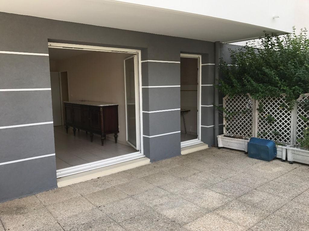 Appartement récent avec terrasse et garage