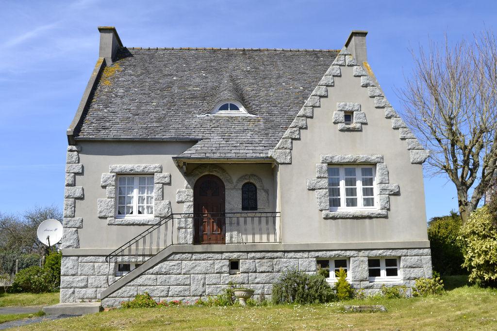 PLOUDALMEZEAU - Maison de bourg de 150 m² sur terrain clos de 840 m²