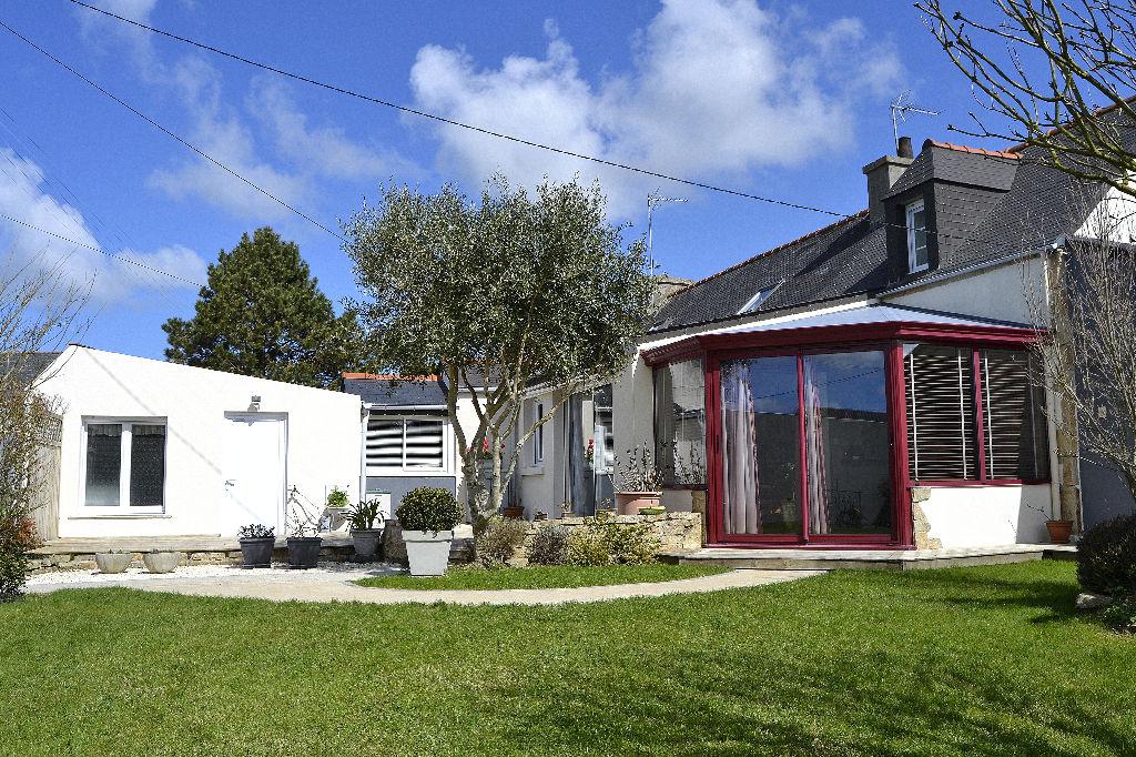PLOUDALMEZEAU - Maison centre bourg avec jardin arboré