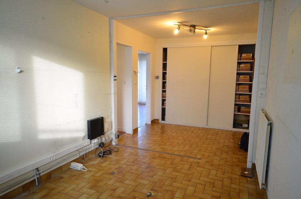 Valy Hir. Appartement T4 de 81m² avec petit jardin
