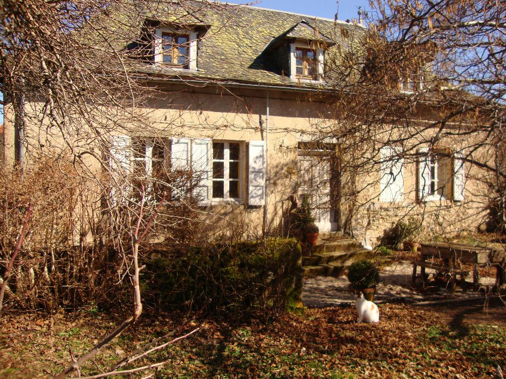 maison auvergnate en pierre restaurée avec grange.