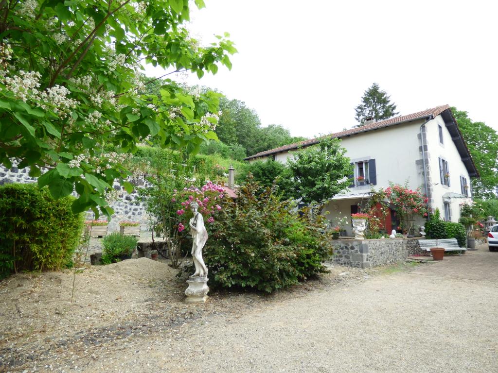 Maison Aurillac 5 pièce(s) 200 m2..3150 M2 terrain arboré