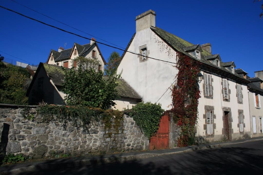 Exclu: Maison à rénover avec jardin, centre Mur de Barrez
