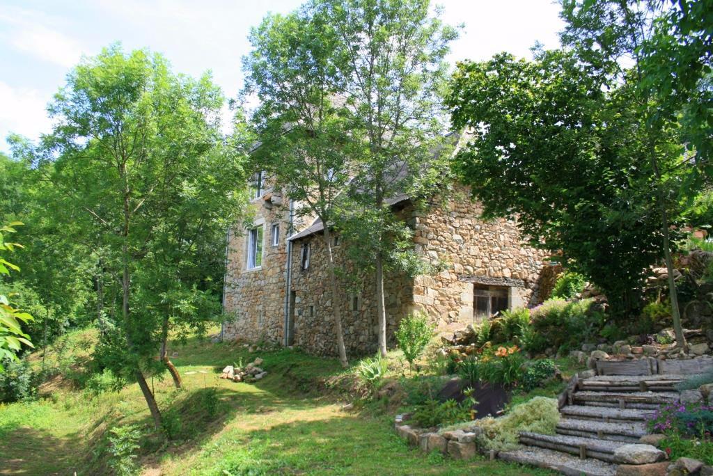 Maison en pierre avec grange attenante