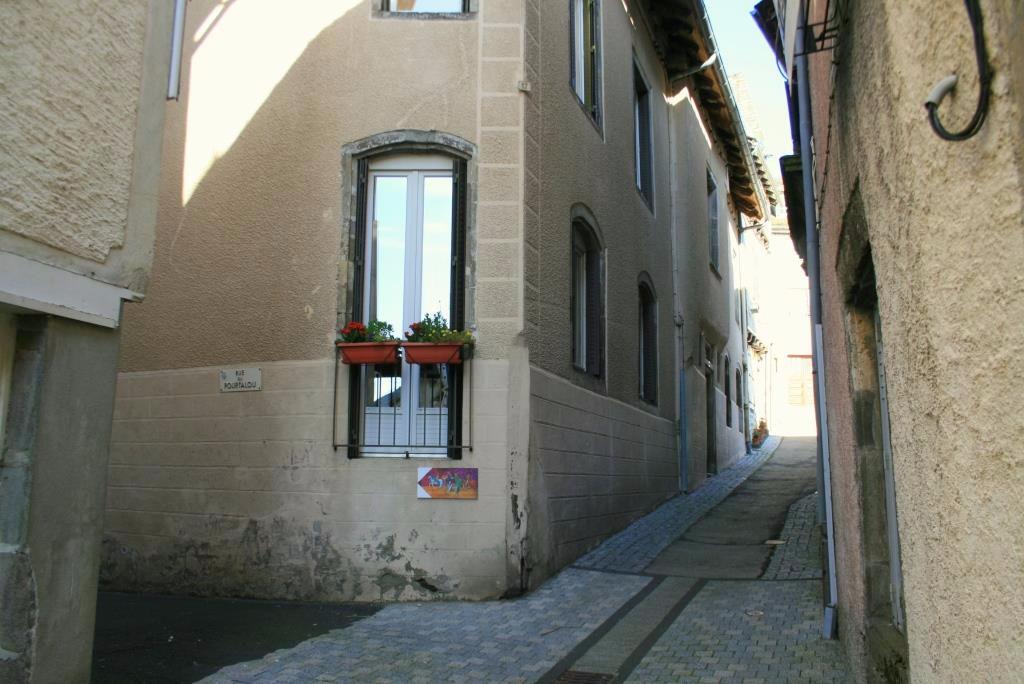 Immeuble situé à Mur de Barrez comprenant 6 appartements