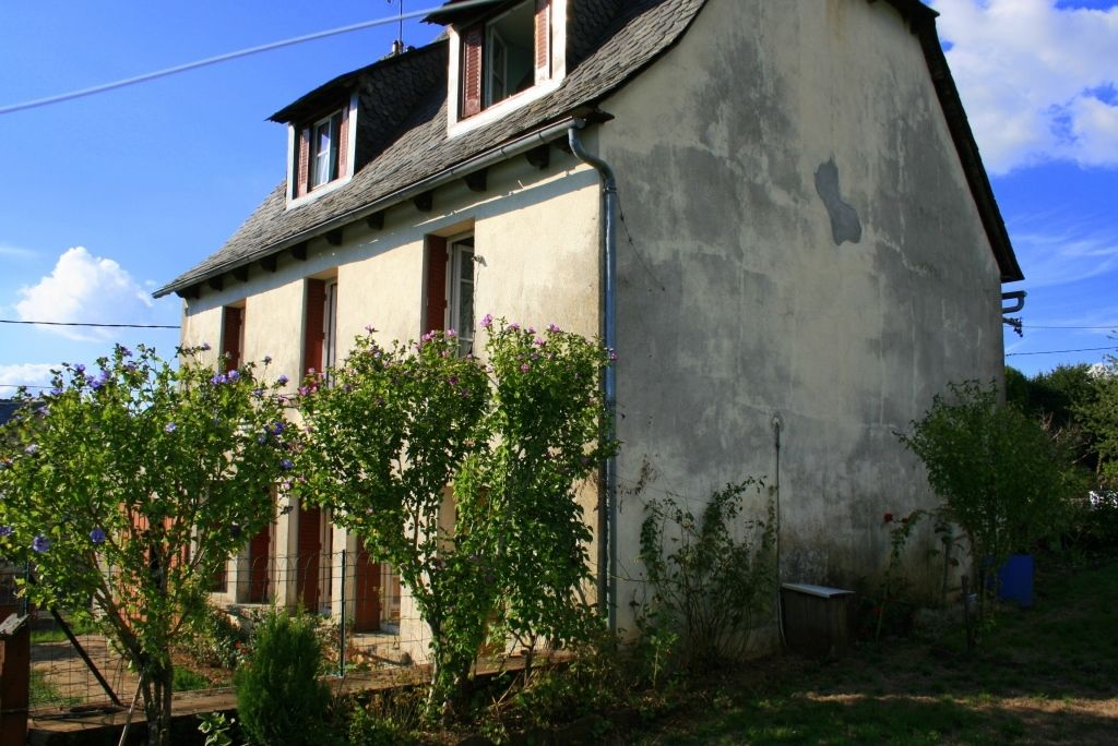 Maison à moderniser entre Mur de Barrez et Thérondels