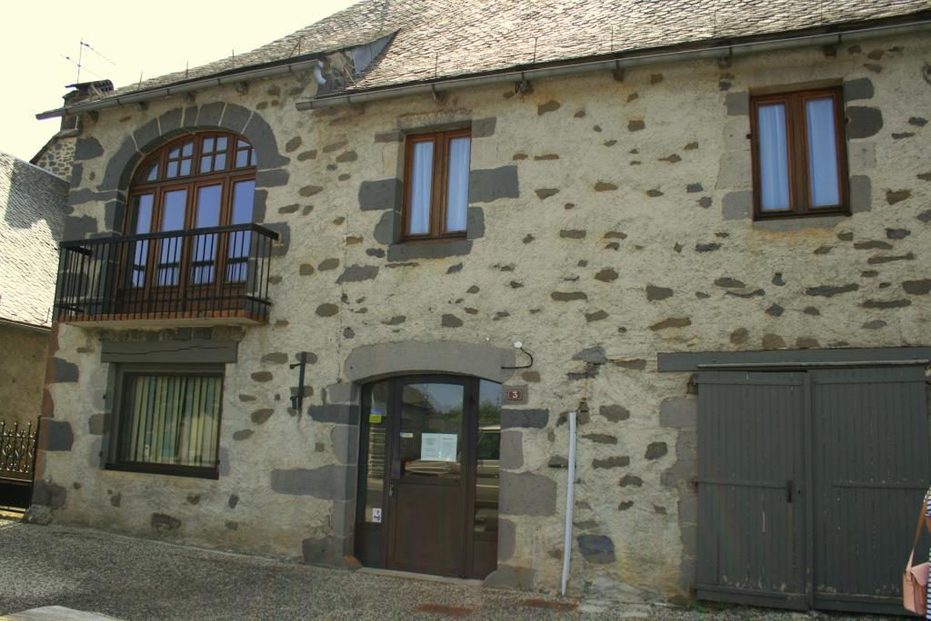 Appartement avec commerce, centre Thérondels 12600
