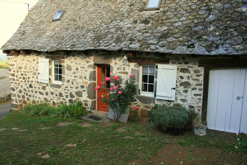 Three-bedroomed stone cottage, 10 min from Lacroix Barrez