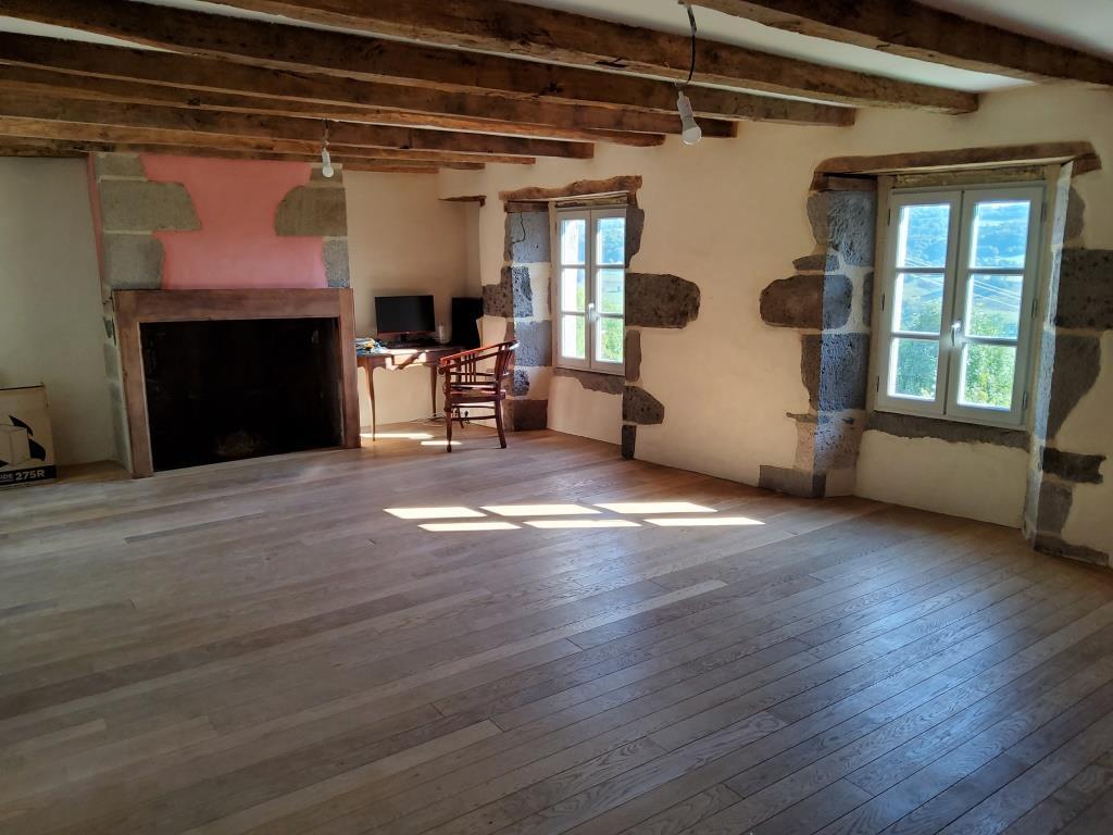 Maison rénovée, 200m² dans bourg historique, jardin 3786m² non attenant