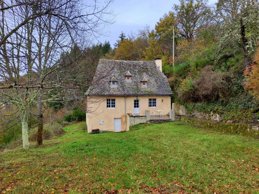 Exclu: Maison en pierre, 5613m² de terrain, Comm de 12600 Murols