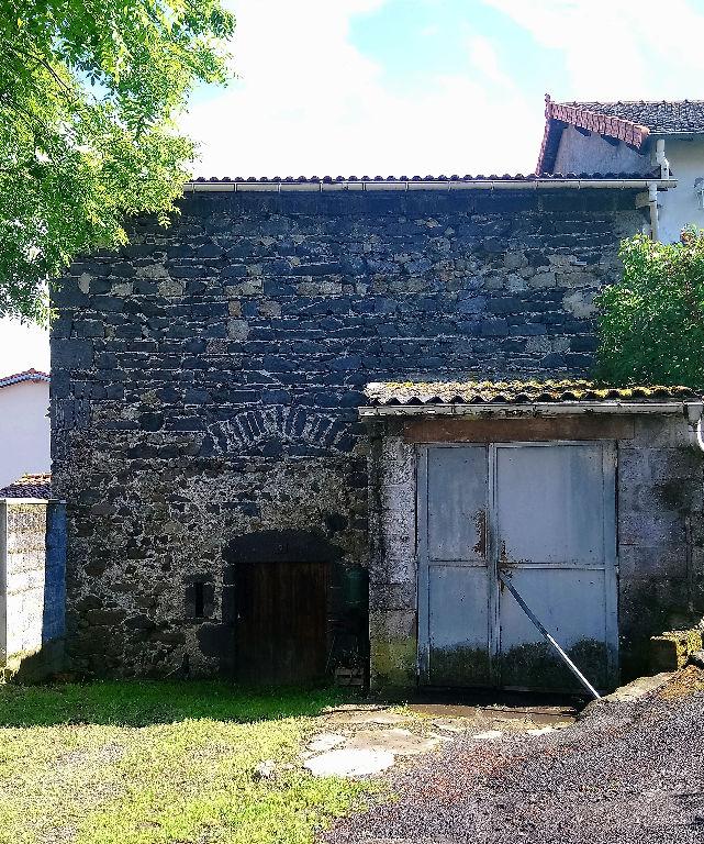 Volvic  grange en pierre à rénover