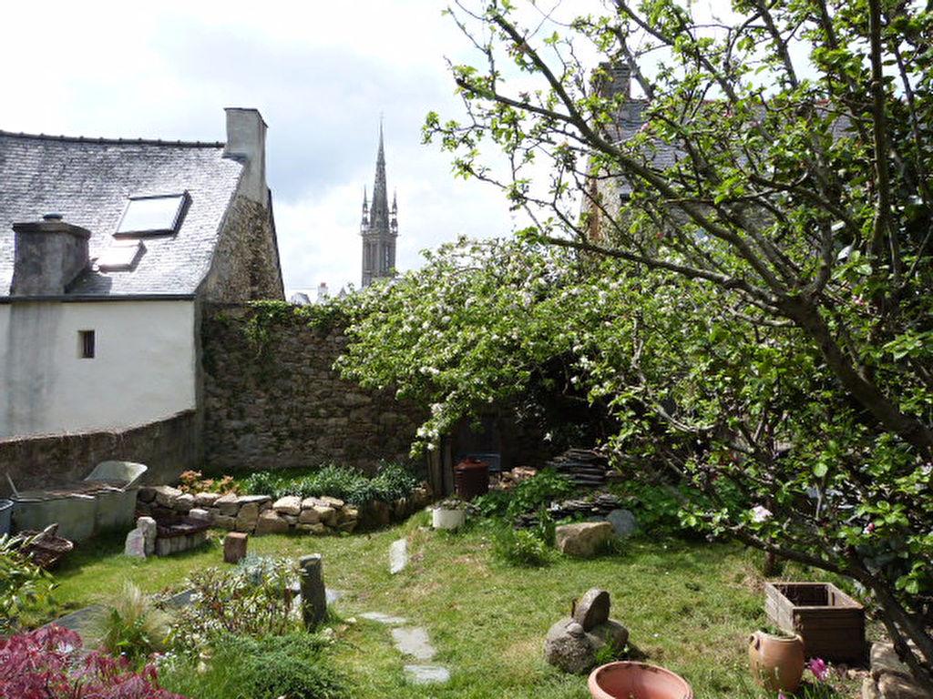 Saint Pol de Léon maison de ville en pierres , mer à pieds....