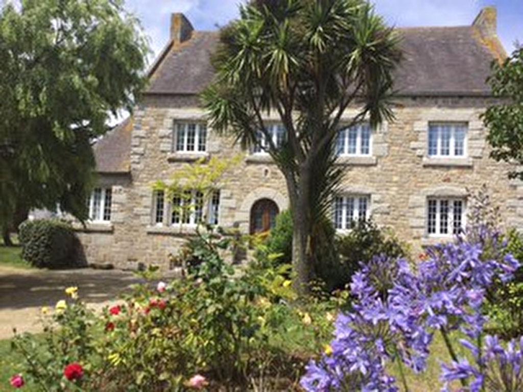 Plougoulm, très belle maison en pierres apparentes  sur terrain paysager.