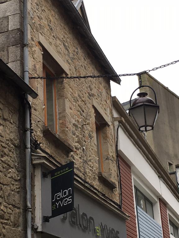 Saint Pol de Léon,  local commercial et appartements.