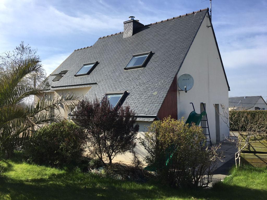 PLOUENAN maison de 4 chambres, cheminée avec insert, garages, jardin.