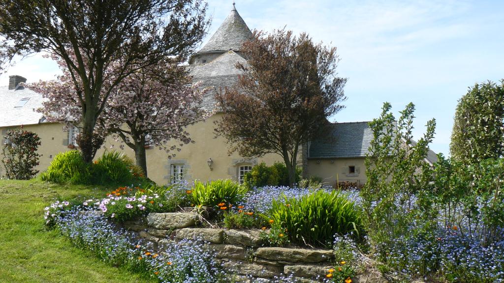 Finistère Nord ,St Pol de Léon, campagne, manoir XVIè  sur 9000 m² environ...