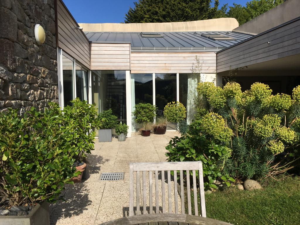 Finistère Nord SAINT POL DE LEON, maison de ville 4 ch, jardin, garage.