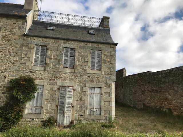 Finistère Nord Saint Pol de Léon , petite maison à rénover...