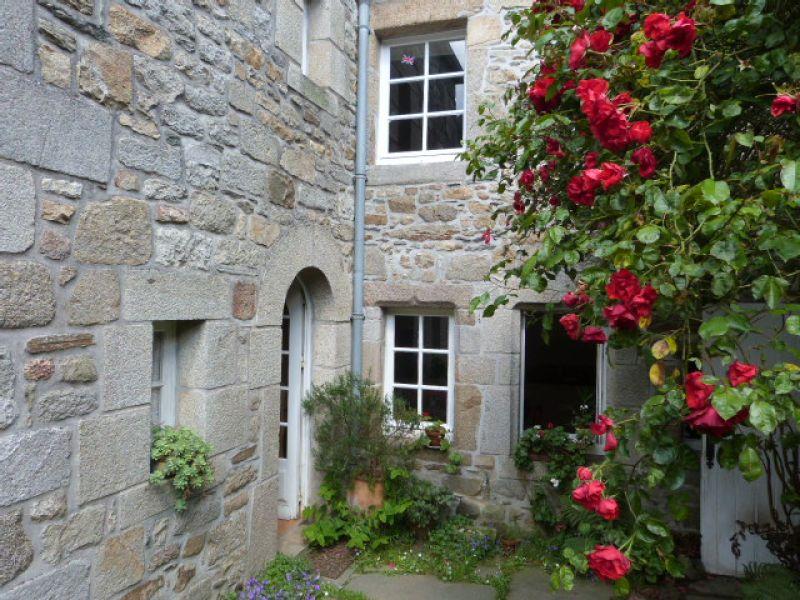 St Pol de Léon propriété de centre ville maison de caractère 5 ch jardin clos de murs sans vis-à-vis ...