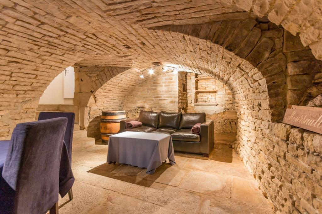 Village viticole. Maison de village parfaitement rénovée . Terrasse et caveau.