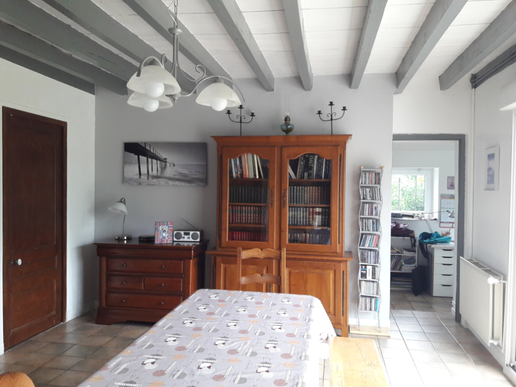 Village tous commerces ,médecins, maison ancienne rénovée de 3 chambres. Garage. jardin clos