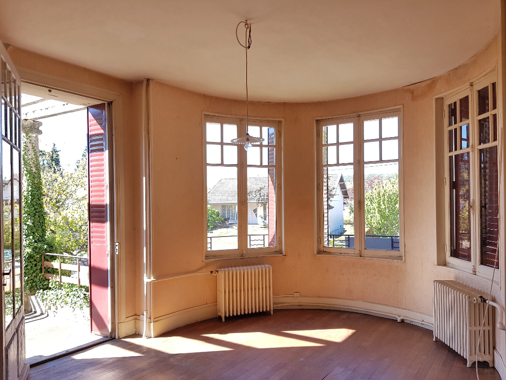 Centre de Nolay. Maison ancienne  de caractère  de 10 pièces ,sur terrain d'environ 1000 m2.