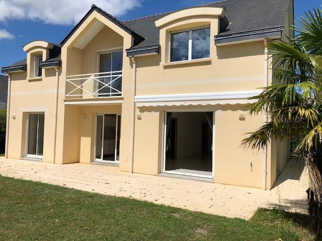 A vendre périphérie de Nantes 44, maison contemporaine de 205 m2,  5 chambres, terrain de 558 m2 paysagé
