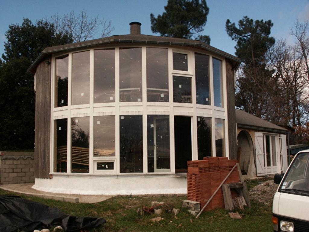 Maison en bois neuve et moderne - bioclimatique  - à terminer - sur 3000 m² de terrain - belle vue lointaine - avec atelier et studio - idéal pour artisan