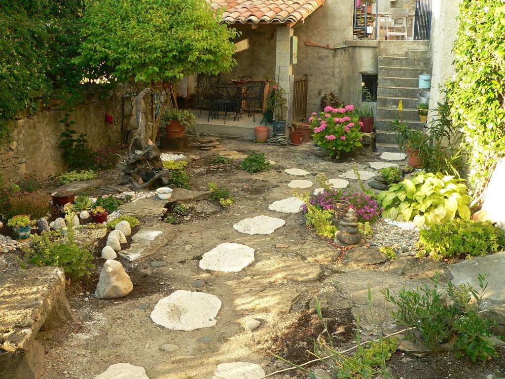 Maison de village spacieuse avec cour intérieur  + 2 logements locatifs
