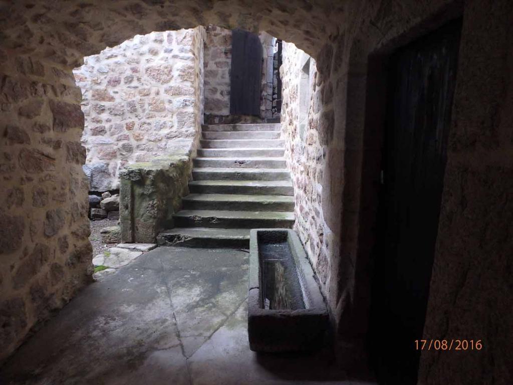 Maison de village historique - orientation Sud - vue dégagée - potentiel d'accueil - source