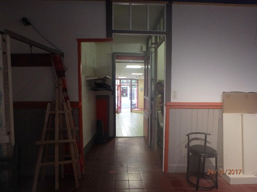 Local commercial ou habitation - environs 70 m² - centre marché - 2 entrées