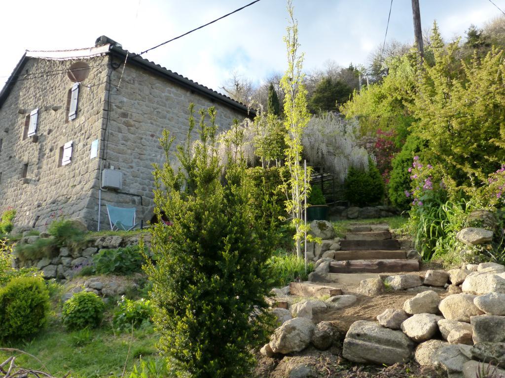MAISON DE GITES - 750 m d'altitude au plein SUD - possibilité d'acquérir la ferme voisine avec terrain idéal PERMACULTURE - SOURCES abondantes