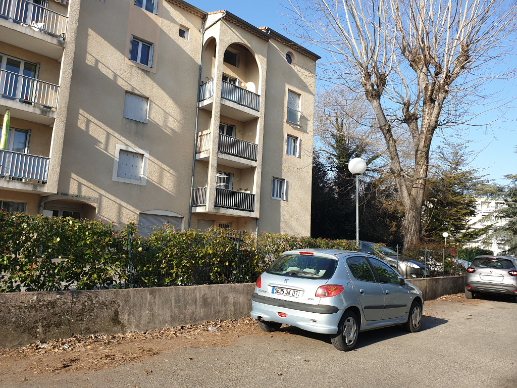Duplex très lumineux - 4 chambres à coucher - mezanine - près de la clinique, piscine et centre ville -  grand balcon SE