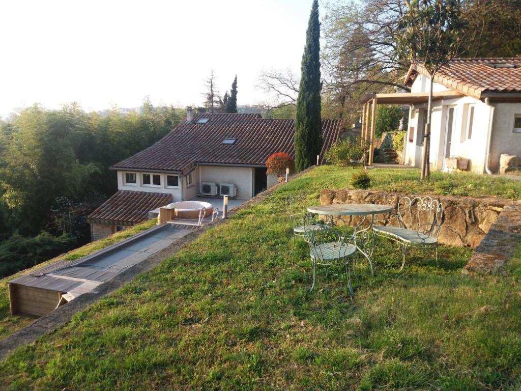 Belle maison - studio indépendant - garages et hangar ouvert - jardin arboré et potager - petite piscine chauffée