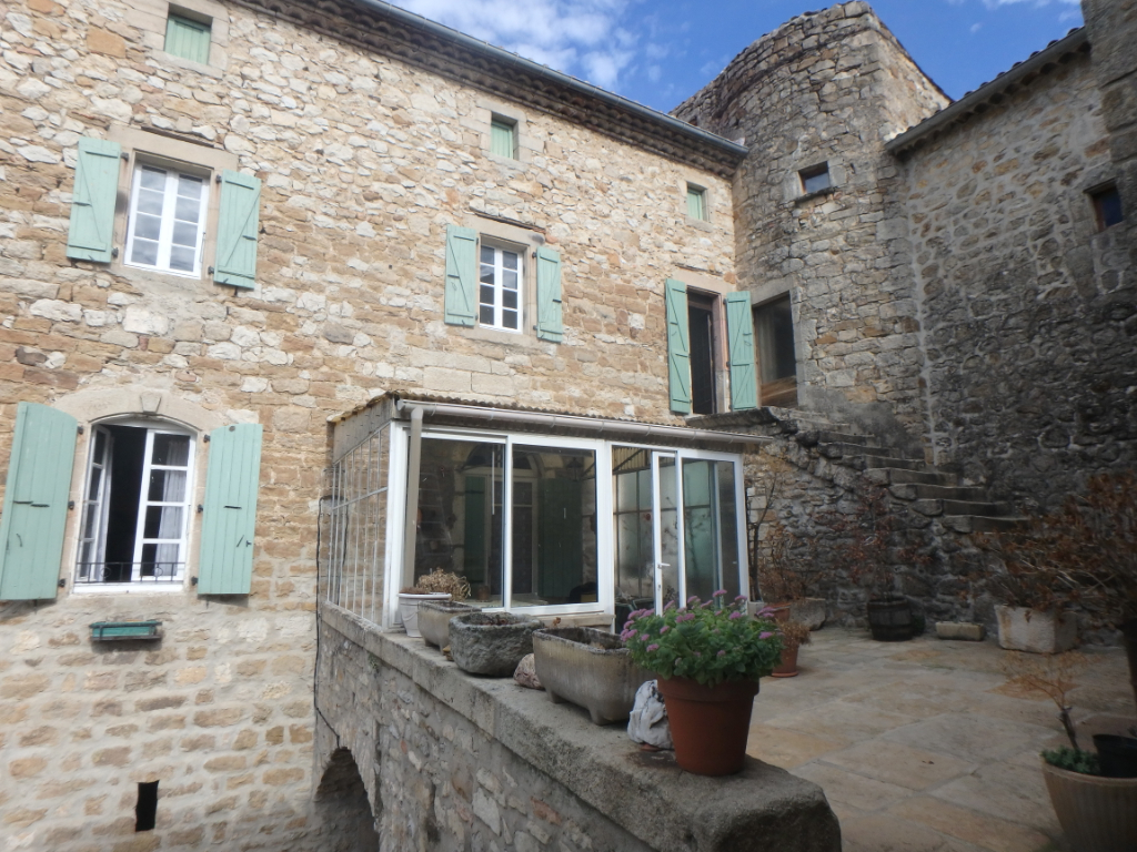Ideal gîte or guest rooms - village MAS - 1240 m² of garden - on the square of a typical and lively village - to rehabilitate