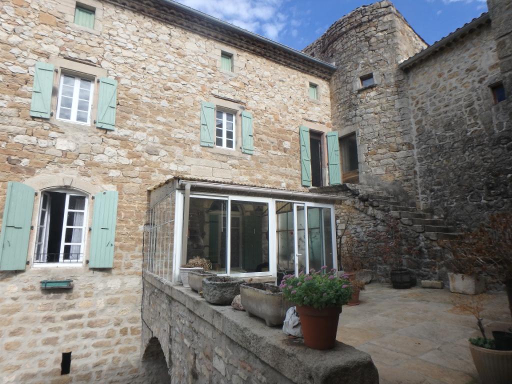 Idéal gîte ou chambres d'hôte - MAS de village - 1240 m² de jardin - sur la place d'un village typique et vivant - à 'réhabiliter