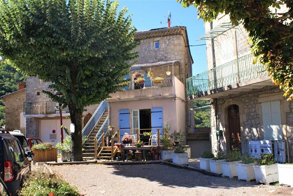 Maison de village - rénovée - sur la place - village typique et vivant