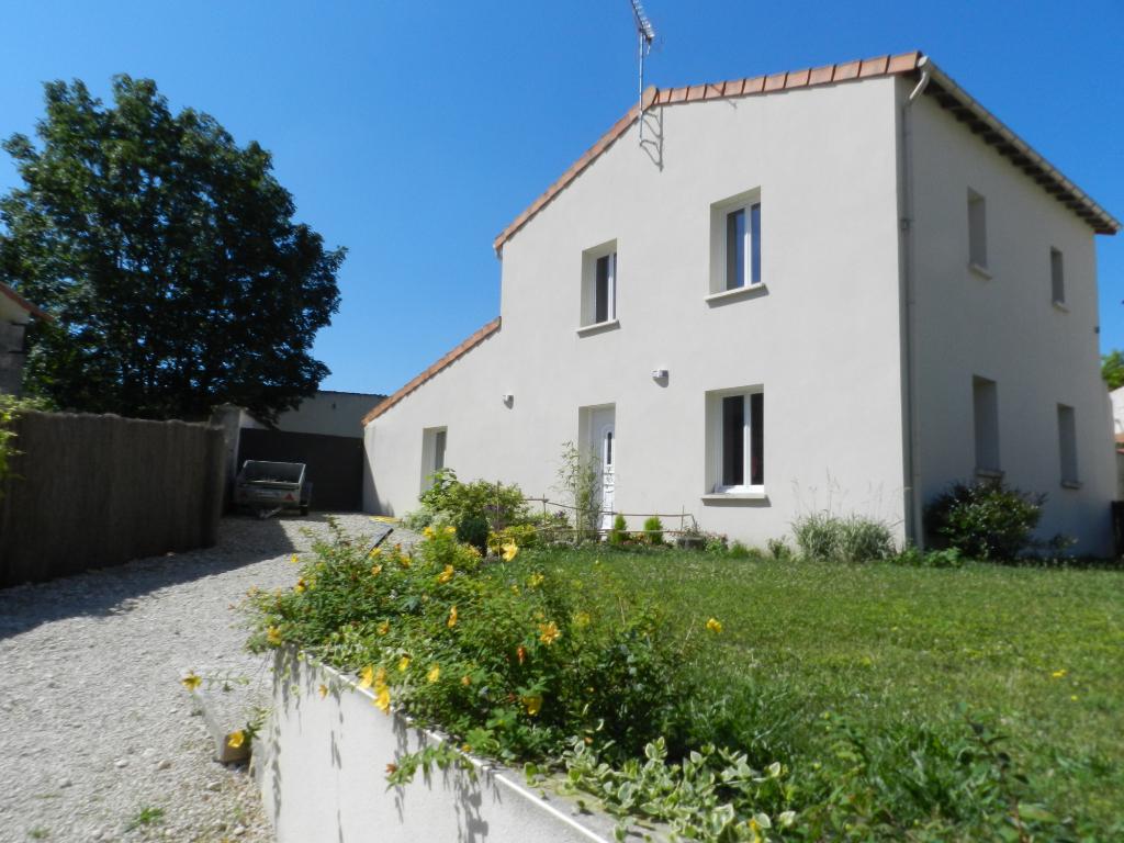 Jolie maison proche St Jean d'angély - parfait état - Terrain clos et garage