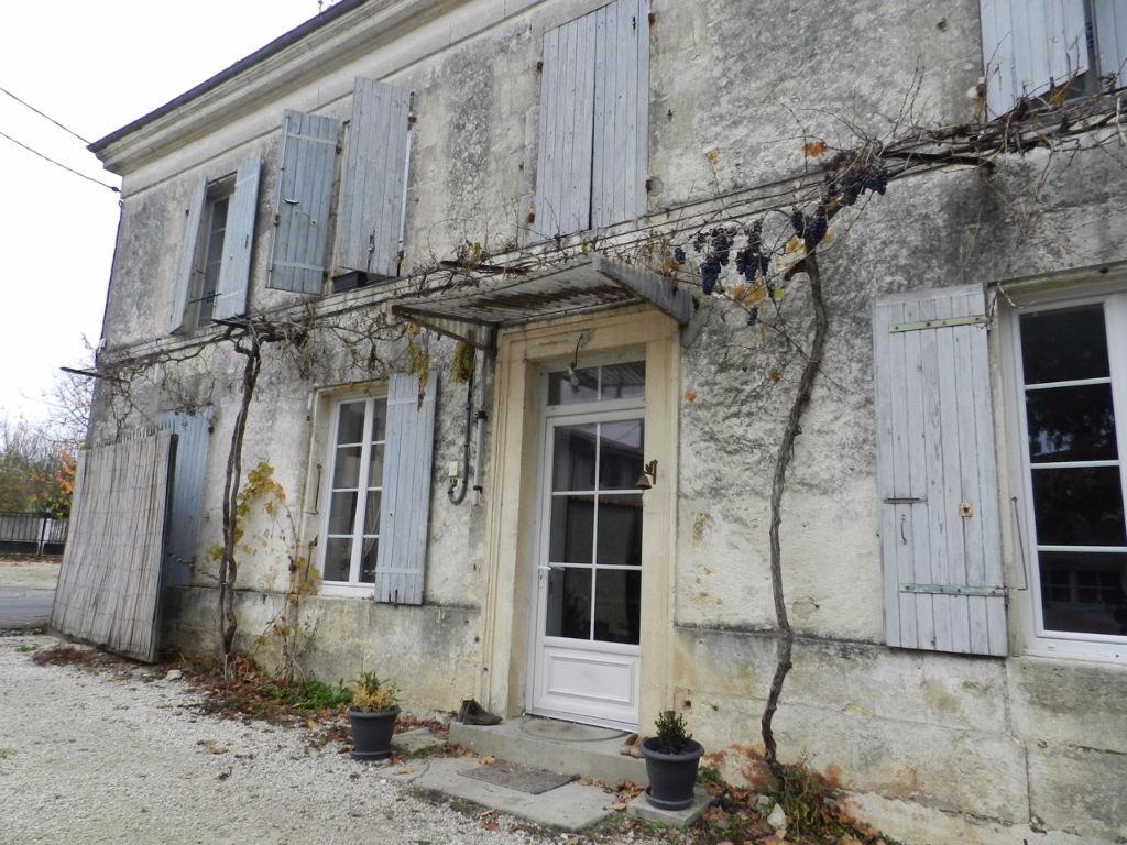Maison charentaise avec dépendances proche St Jean d'Y