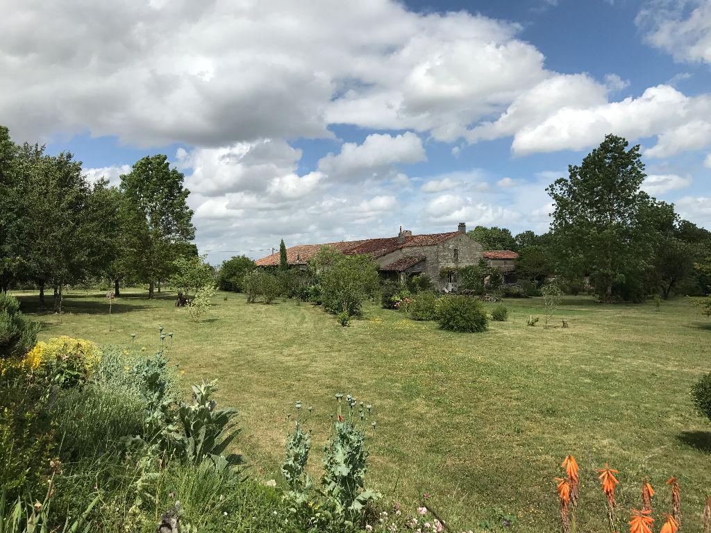Ancienne maison de caractère -dépendances et grand parc