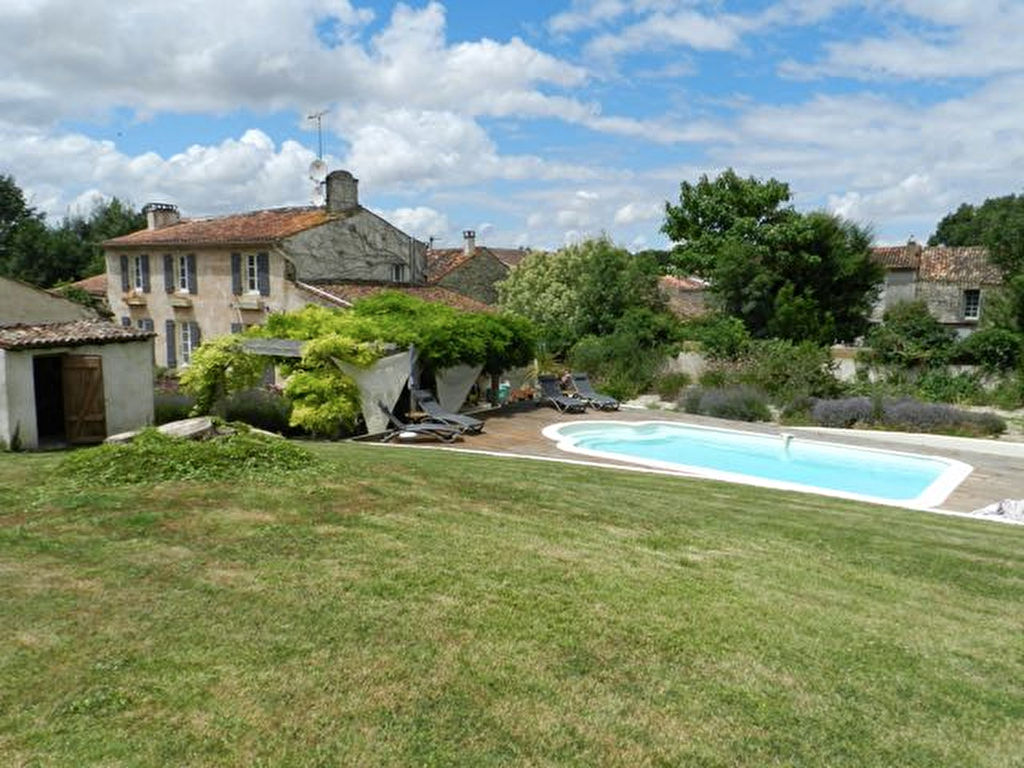 Pretty 4 bed charentaise with one bed Gite, Spacious Garden and  Pool